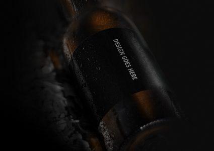 Мокап бутылки пива в воде