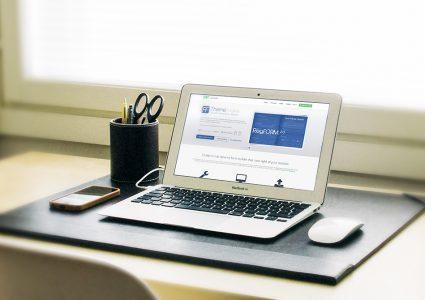 Мокап ноутбука на столе