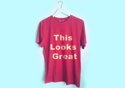 Мокап футболки на вешалке