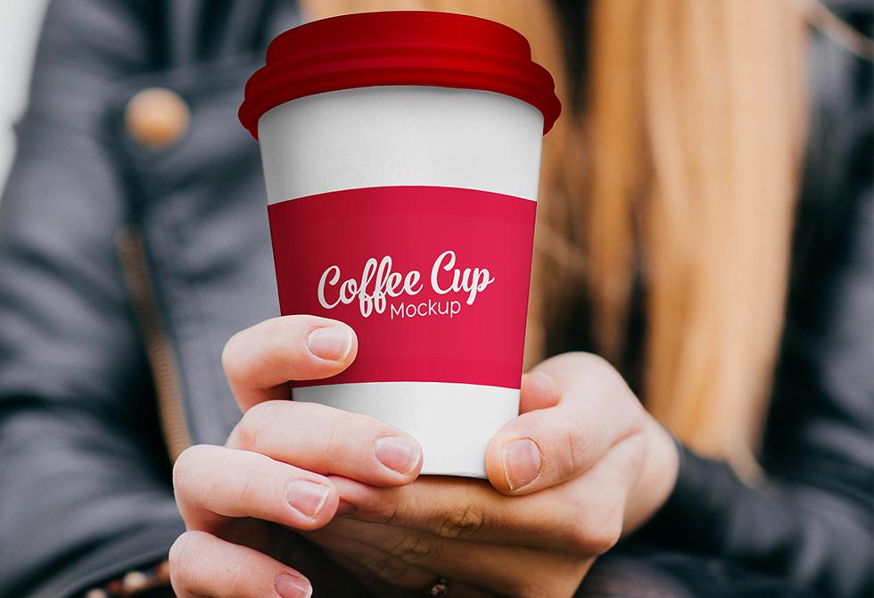 Мокап чашки кофе в руке